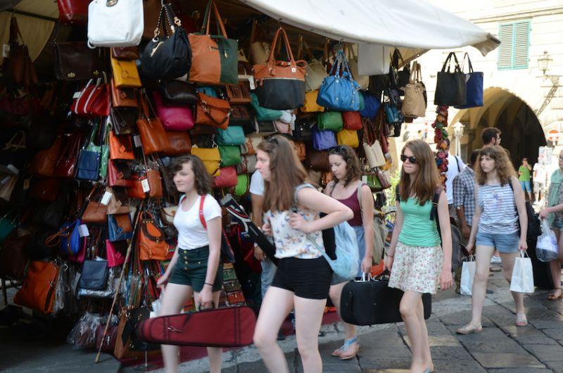 08 - Passing through the market stalls