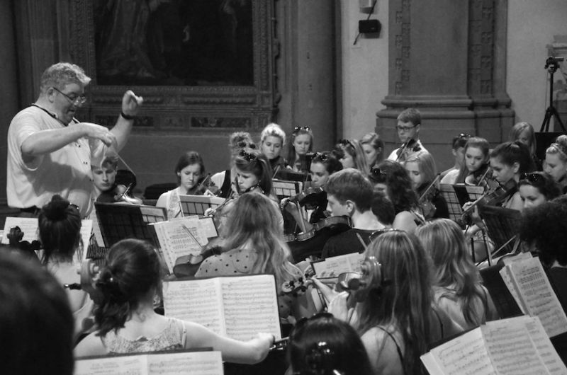 35-86-young-musicians-on-a-crowded-platform